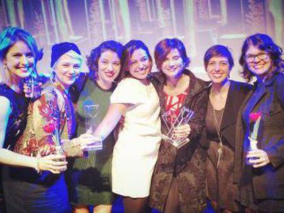 Eliane Brum com as representantes da Revista Azmina, vencedora na categoria projeto jornalístico.