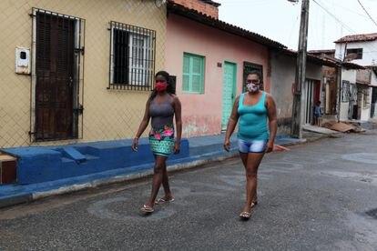 Cleanna Ferreira com uma vizinha que, como ela recebeu a ajuda do Governo até dezembro, passeiam pelo bairro que vivem em São Luís.