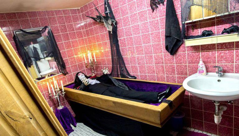 Banheiro de uma casa de Isernhagen (Alemanha) decorada para o Halloween.