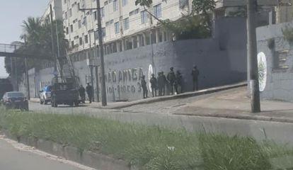 Soldados do Exército diante dos PNR, no dia dos fatos, pela manhã.