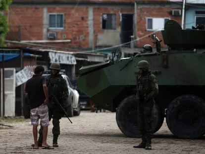 Soldados patrulham comunidade no Rio de Janeiro.
