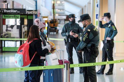 Agentes da Guarda Civil, em um controle de passageiros no aeroporto de Ibiza neste sábado