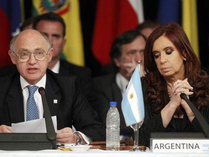 Cristina Kirchner e seu ministro do Exterior, Héctor Timerman, durante a cúpula do Mercosul realizada na cidade argentina de Mendoza, em 2012.