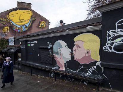 Grafiti mostra Trump e Putin se beijando.