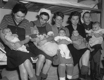Mulheres judias posam com seus bebês depois da liberação do campo de Dachau (Alemanha), em 1945.