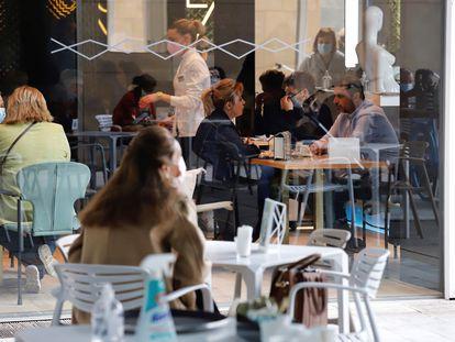 Os bares e restaurantes da região de Múrcia, no sudeste da Espanha, que reabriram a parte interna na quarta-feira.