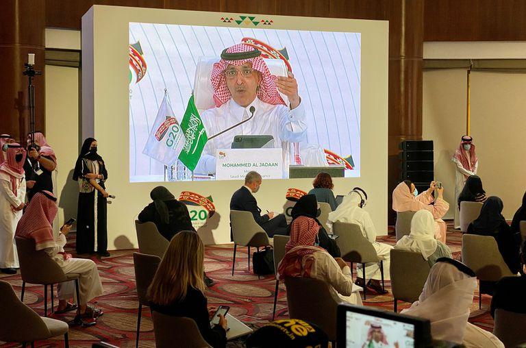 O ministro das Finanças da Arábia Saudita, Mohammed al-Jadaan, fala durante uma conferência de imprensa virtual neste domingo na capital Riad, durante o encontro do G20.
