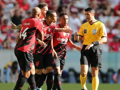 Árbitro Bráulio da Silva Machado pede calma para jogadores do Athletico Paranaense.