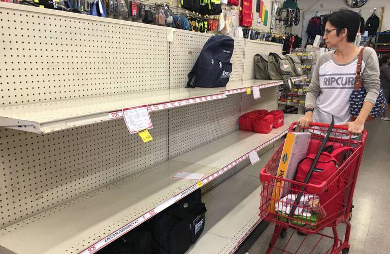 Prateleiras vazias na loja SOS Survival Products, na quinta-feira, em Los Angeles.