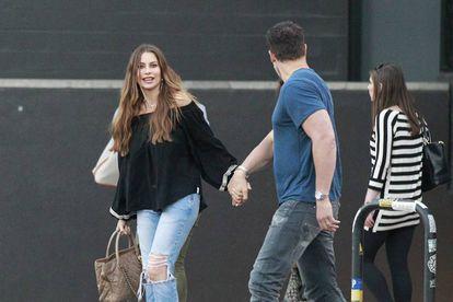 Sofía Vergara de mãos dadas com seu atual marido, Joe Manganiello.