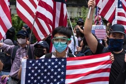 Manifestação em Hong Kong, em setembro do ano passado, com bandeira dos Estados Unidos.