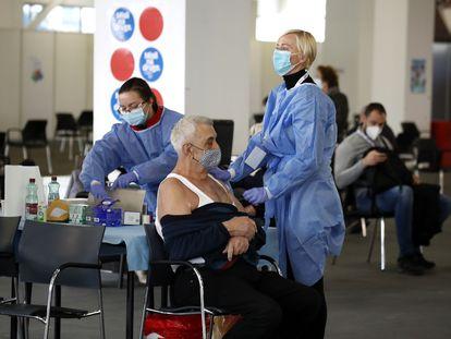 Um homem espera a injeção da vacina da AstraZeneca, nesta quarta-feira, em Zagreb (Croácia).