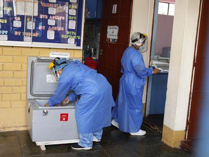 Profissionais sanitários preparam dose da vacina contra a covid-19, em 20 de fevereiro.