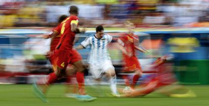 Messi rodeado de defesas belgas.