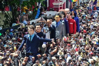 Bonecos gigantes homenageiam políticos como Jair Bolsonaro e Sergio Moro no Carnaval de Olinda, em Pernambuco.