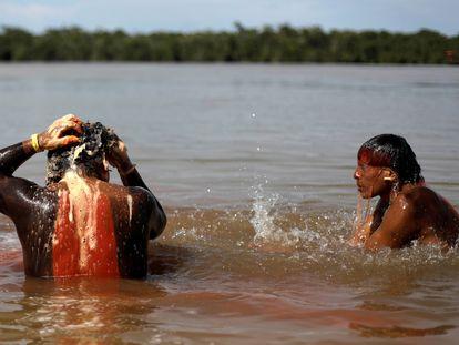 Indígenas da etnia xavante se banham em época de ritual, em janeiro de 2020.