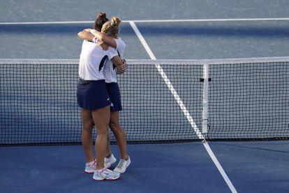 Luisa Stefani, à esquerda, e Laura Pigossi, comemoram a vitória histórica na Olimpíada de Tóquio, que garantiu ao Brasil mais uma medalha.