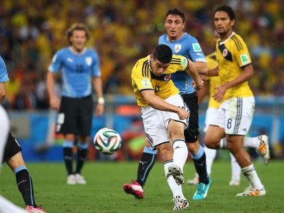 James Rodríguez dispara ao gol uruguaio.