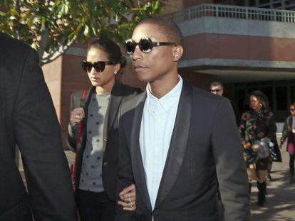 Pharrell Williams e sua esposa, na quarta-feira passada, no tribunal de Los Angeles que julgou o processo envolvendo 'Blurred Lines'.