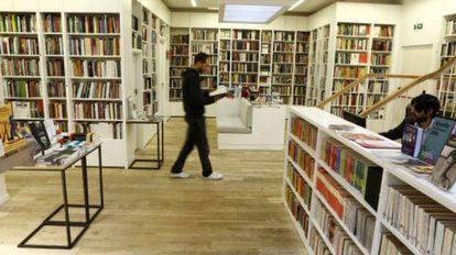 Homem caminha em livraria.