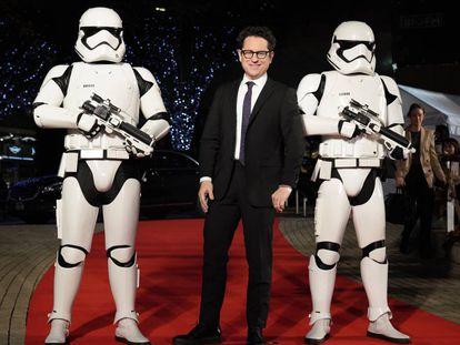 O diretor J.J. Abrams com dois soldados imperiais em um evento de 'Star Wars' em Tóquio, no dia 11 de dezembro. No vídeo, o trailer oficial do filme.