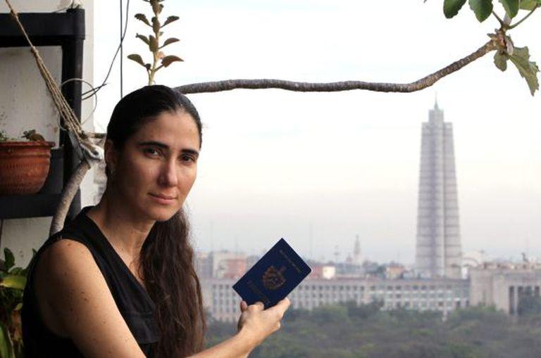 A blogueira cubana Yoani Sánchez com seu passaporte em Havana.