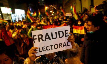 Manifestantes contra os resultados das eleições na Bolívia, na última sexta-feira.