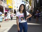 A youtuber Nathalia Rodrigues, a Nath Finanças, no Calçadão de Nova Iguaçu, zona metropolitana do Rio.