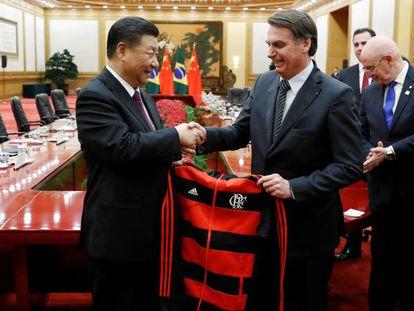 Presidente chinês Xi Jinping recebe de presente de Jair Bolsonaro uma camiseta rubro-negra do Flamengo em encontro na China.