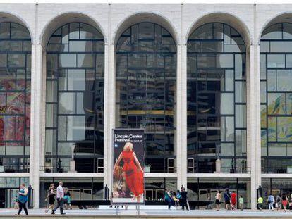 Vista da entrada principal da Metropolitan Opera.