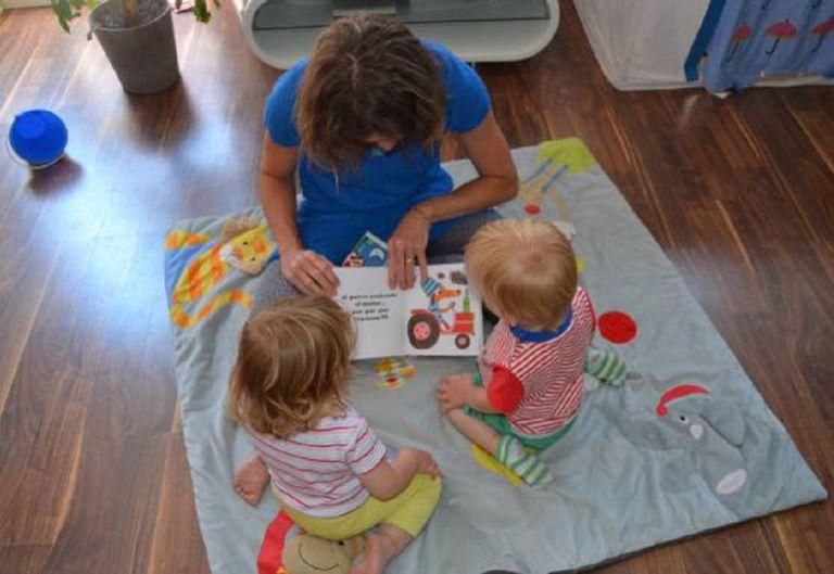 Diana Perazzini, babá, lê uma história para Nina e Lucas antes de dormirem.