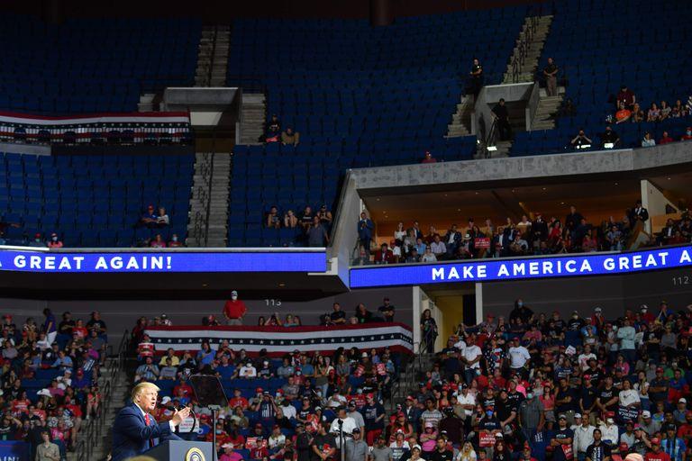 Parte do auditório vazio no comício do presidente dos  Estados Unidos em 20 de junho, em Tulsa.