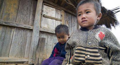 Crianças de um povoado do sul do Laos mostram apatia.