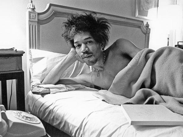 Jimi Hendrix posa en la cama de una habitación del hotel Drake en New York, en 1968.