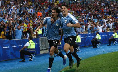 Cavani comemora com Suárez o gol uruguaio.