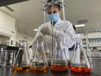 Funcionário do laboratório Sinovac, que desenvolve uma vacina contra a covid-19.