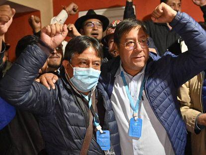 David Choquehuanca (à esquerda), candidato a vice-presidente pelo MAS, junto ao líder das pesquisas Luis Arce, durante a madrugada desta segunda.