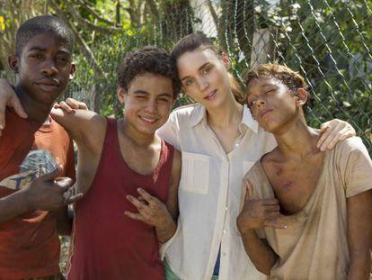 Os atores mirins de 'Trash' com Rooney Mara.