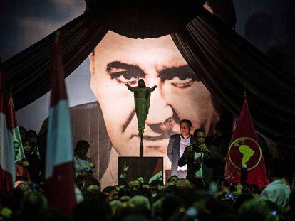 Seguidores de Alan García, à espera dos restos mortais do ex-presidente.
