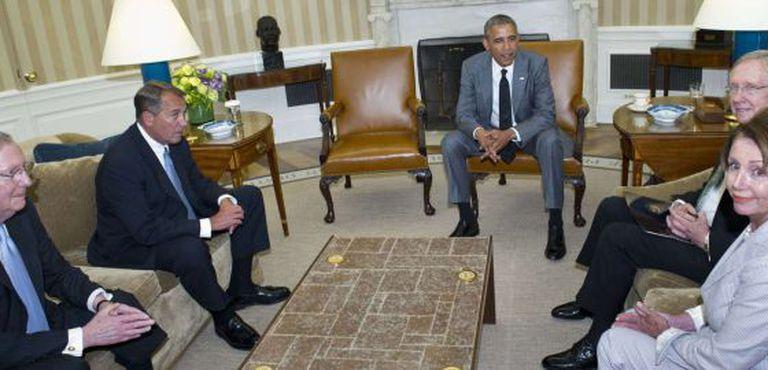 O presidente Obama, reunido no salão oval da Casa Branca com o líder da maioria do Senado, Harry Reid, o líder da minoria, Mitch McConnell, o presidente da Câmara de Representantes, John Boehner, e a líder da minoria, Nancy Pelosi.