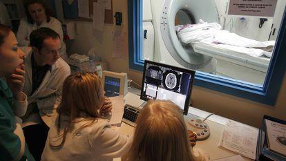 Uma equipe médica faz exame exploratório para determinar o alcance de uma lesão cerebral após um derrame, em dezembro de 2019, em Madri.