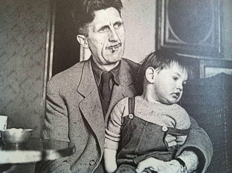 George Orwell e seu filho Richard, em 1946.