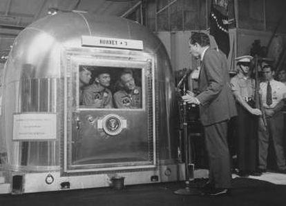 O presidente dos EUA Richard M. Nixon fala aos astronautas