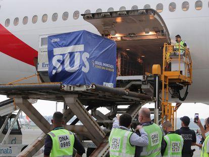 Dois milhões de doses de vacinas AstraZeneca / Oxford da Índia são descarregadas no Aeroporto Internacional de São Paulo em Guarulhos.