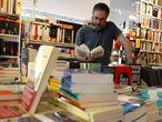 Un lector en una librería de Madrid.