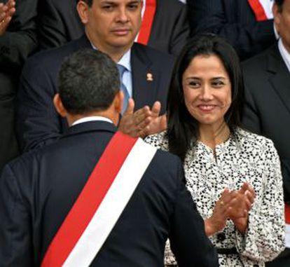 Nadine Heredia com o marido durante uma parada militar em 2013.