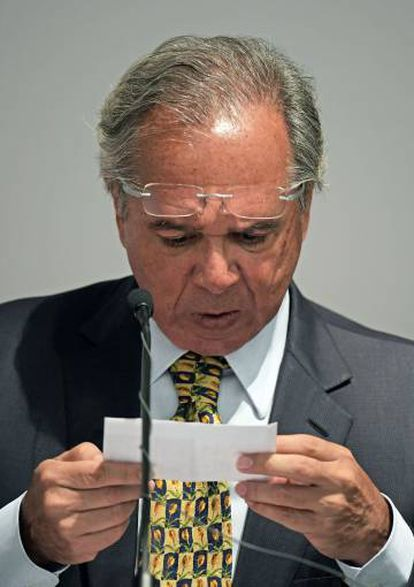 Ministro lê trecho de seu discurso.