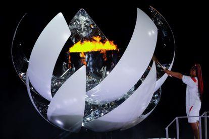 A tenista japonesa Naomi Osaka acende a pira olímpica.