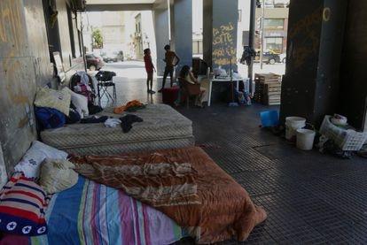 Uma família mora nas arcadas da avenida Leandro N. Alem, perto da Casa Rosada, Buenos Aires, Argentina.