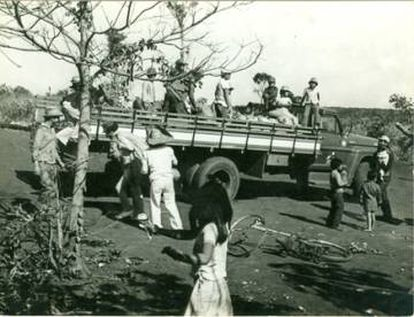 Indígenas avá-guarani mudam a aldeia Ocoy após inatalação da usina de Itaipu na década de 1980